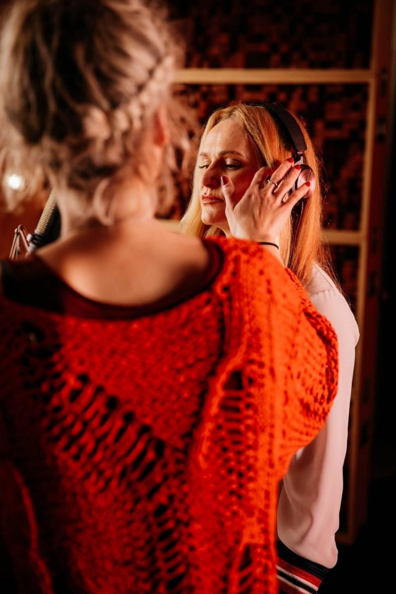Maskerka Špela Veble je skrbela za vrhunsko podobo pevke Nuše Derenda.
