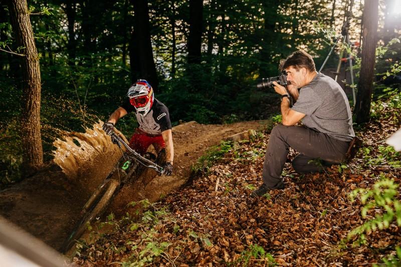 Fotograf Arne Hodalič in gorski kolesar Primož Ravnik - Figaro.